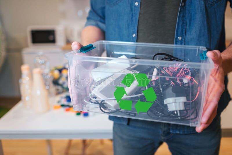 Reciclando o conceito Um desperdício eletrônico em reciclar o close-up do contaner O homem responsável está protegendo o quando d fotos de stock