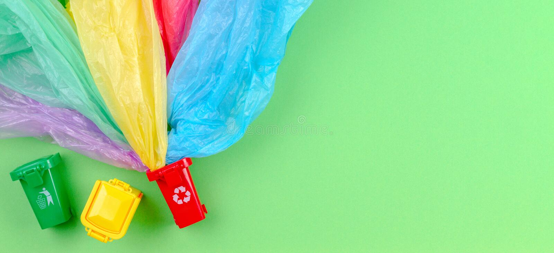 Reciclando o fundo do lixo Recipientes coloridos das reciclagens com os únicos sacos de plástico do uso imagem de stock