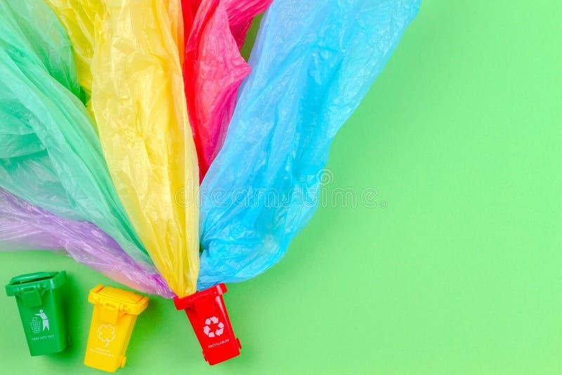 Reciclando o fundo do lixo Recipientes coloridos das reciclagens com os ?nicos sacos de pl?stico do uso foto de stock