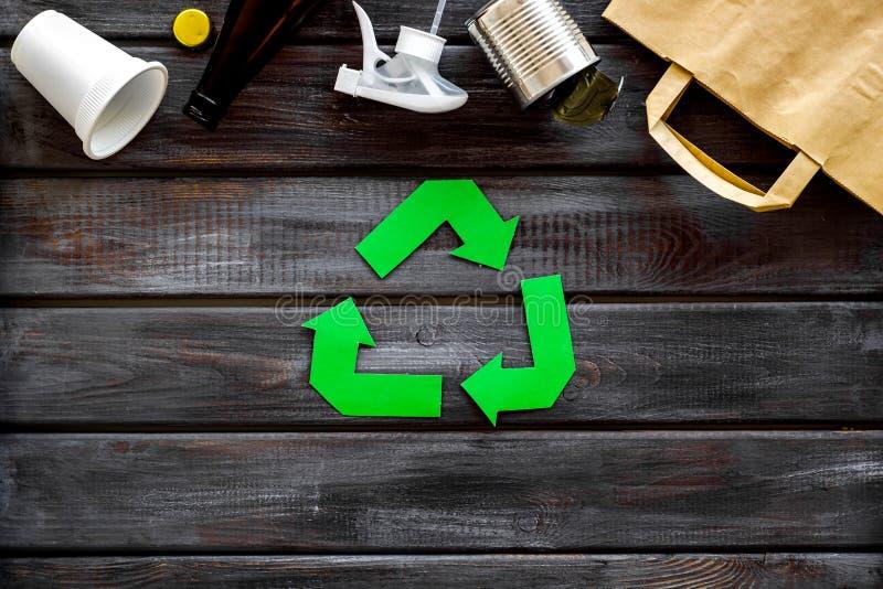 Reciclando o sinal com materiais de desperdício, saco de papel, copo, lata para o conceito da ecologia na opinião superior do fun fotografia de stock