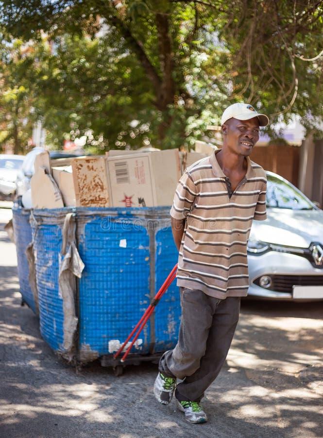 Reciclando o trabalhador em Joanesburgo África do Sul imagens de stock