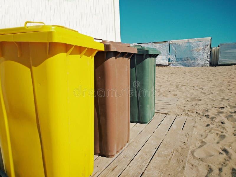 Reciclando recipientes na praia foto de stock royalty free