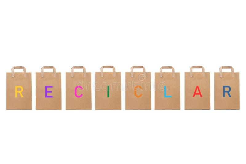 Reciclar återanvänder ord skriver i olika pappers- påsar arkivbild