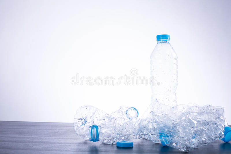 Recicle as garrafas usadas imagem de stock royalty free