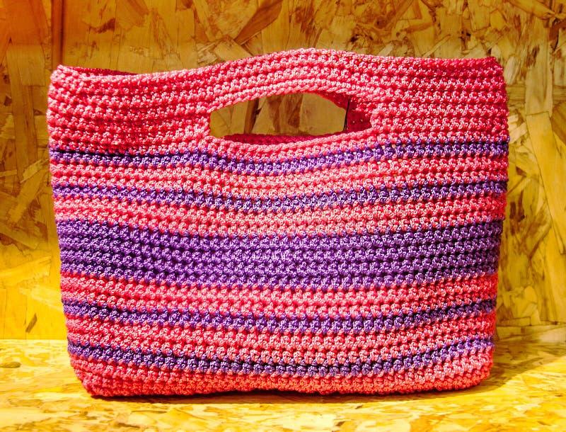 Recicle a cor que o saco feito a mão plástico recicla sobre a madeira comprimida ch imagem de stock royalty free