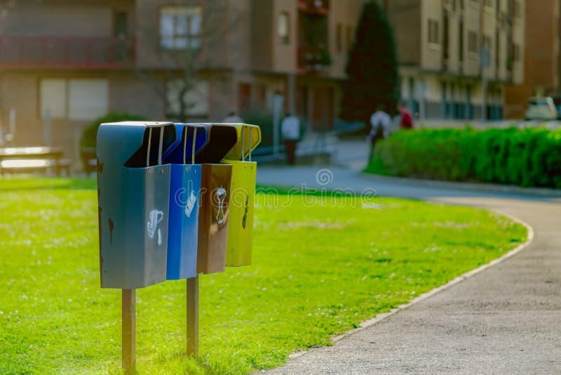 Recicle el compartimiento Envases de basura comunales en la calle al reciclaje Cubo de la basura Gesti?n de la basura Concepto se fotografía de archivo