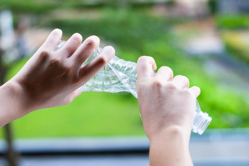 Recicle - el concepto plástico inútil de las botellas de reutilización fotos de archivo libres de regalías