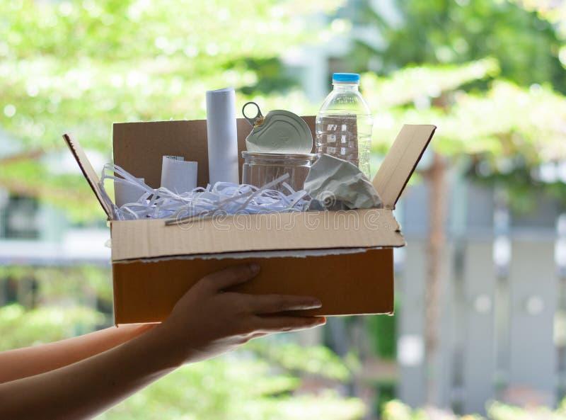 Recicle - el concepto plástico inútil de las botellas de reutilización fotos de archivo