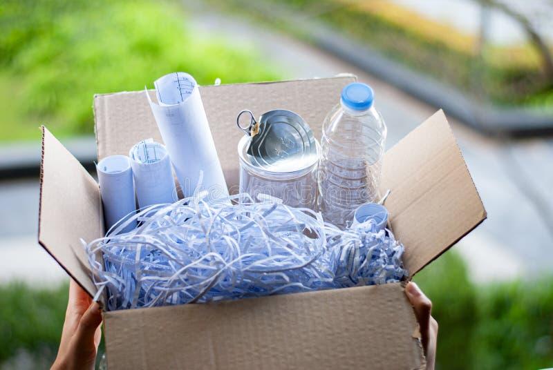Recicle - el concepto plástico inútil de las botellas de reutilización fotografía de archivo libre de regalías