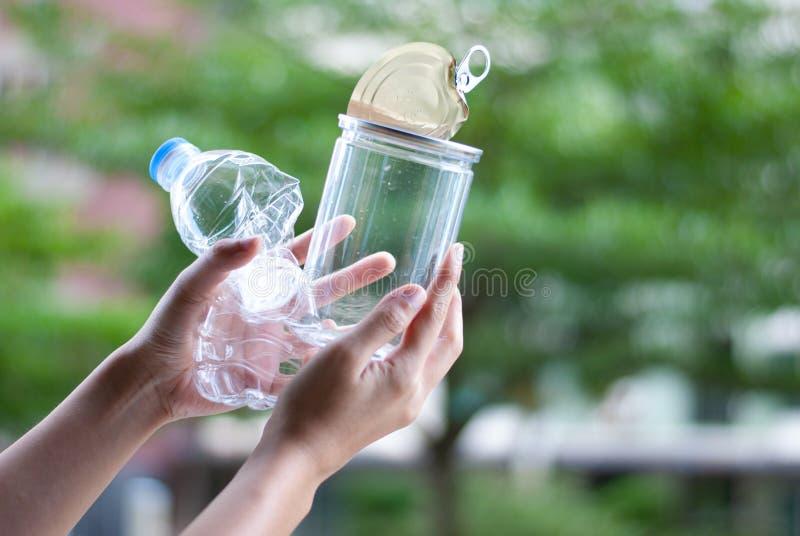 Recicle - el concepto plástico inútil de las botellas de reutilización fotografía de archivo