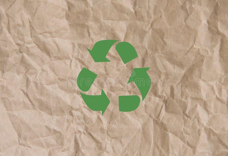 Recicle el símbolo en la opinión superior del fondo del papel marrón eco y reserva foto de archivo libre de regalías