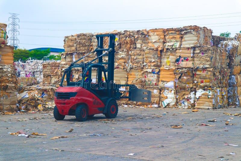 Recicle la basura de la basura y del papel de la cartulina de la industria despu?s de clavar la m?quina de embalaje hidr?ulica de fotografía de archivo libre de regalías