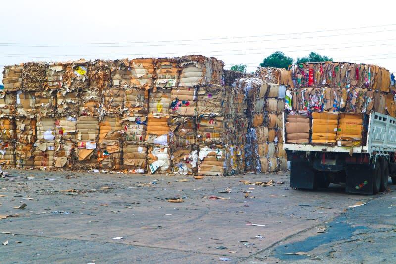 Recicle la basura de la basura y del papel de la cartulina de la industria despu?s de clavar la m?quina de embalaje hidr?ulica de foto de archivo libre de regalías
