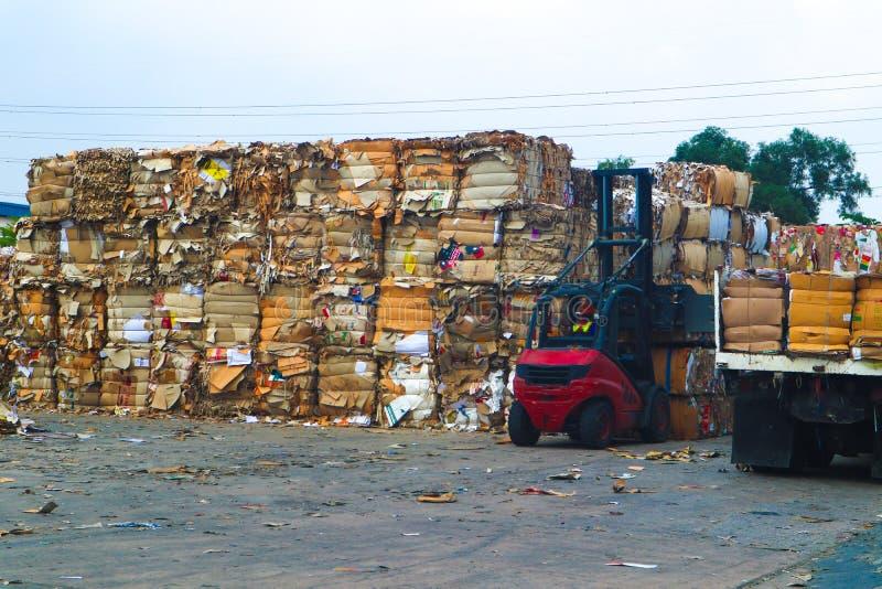 Recicle la basura de la basura y del papel de la cartulina de la industria despu?s de clavar la m?quina de embalaje hidr?ulica de imagen de archivo libre de regalías