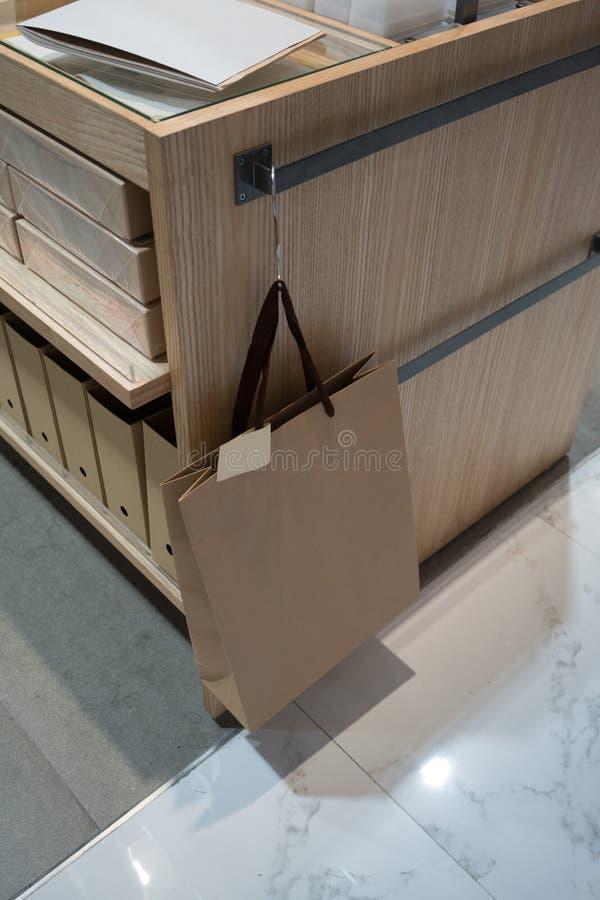 Recicle la ejecución de la bolsa de papel en el estante de madera imágenes de archivo libres de regalías