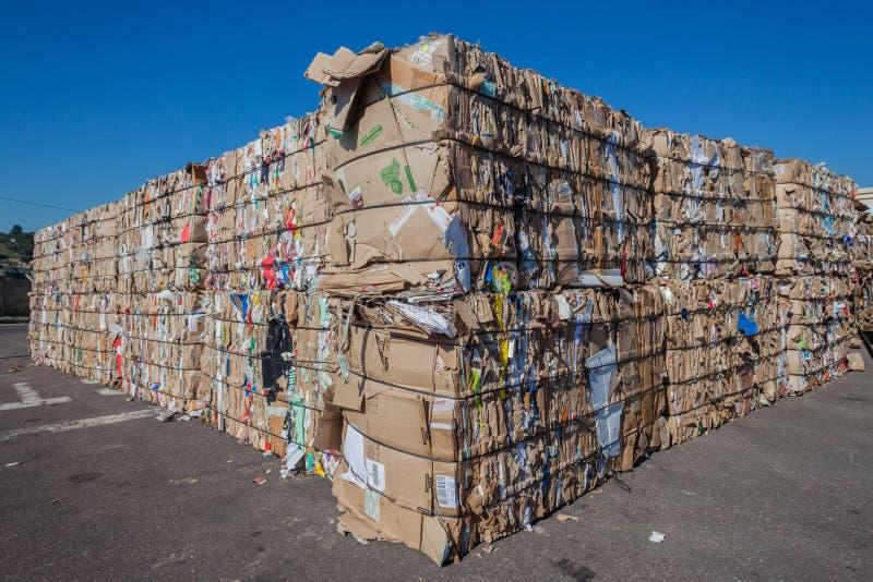 Recicle las pilas de la basura de la cartulina imagen de archivo libre de regalías