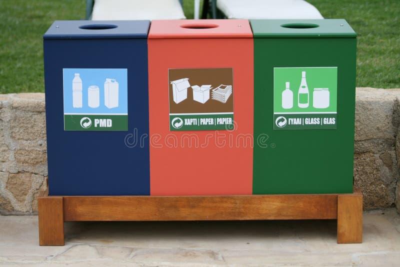 Recicle los cubos de la basura en el sendero de la playa imágenes de archivo libres de regalías