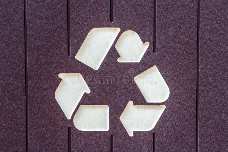 Recicle o ícone em um escaninho de lixo imagens de stock