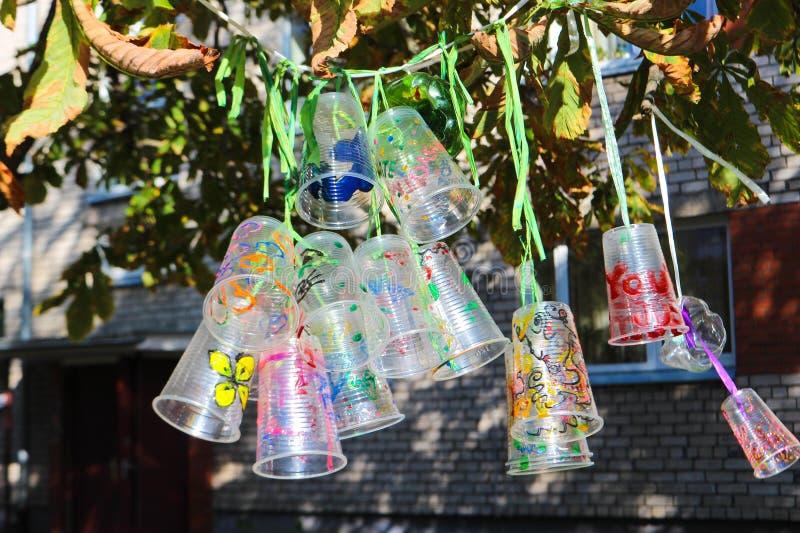 Recicle o projeto de garrafas e de copos plásticos, colorido com cores diferentes Segunda vida para o plástico Projeto das crianç imagens de stock royalty free
