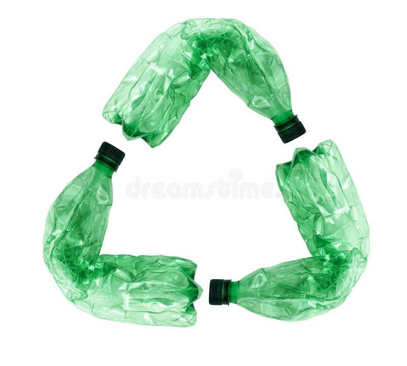 Recicle o símbolo feito de garrafas plásticas usadas imagem de stock