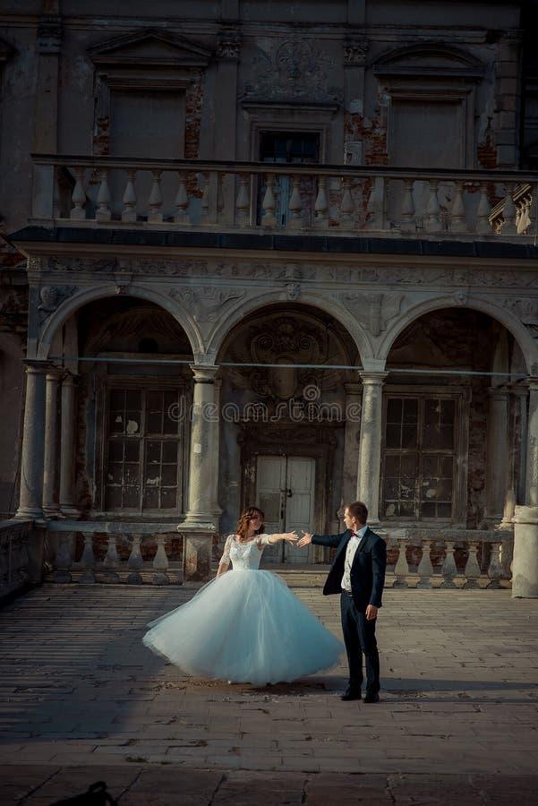 Recienes casados del baile en el balcón del castillo al aire libre viejo Tiro vertical integral de la boda imágenes de archivo libres de regalías