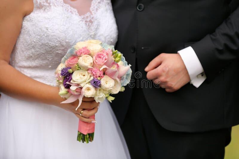 Recienes casados después del matrimonio con el espacio vacío para el texto imagenes de archivo