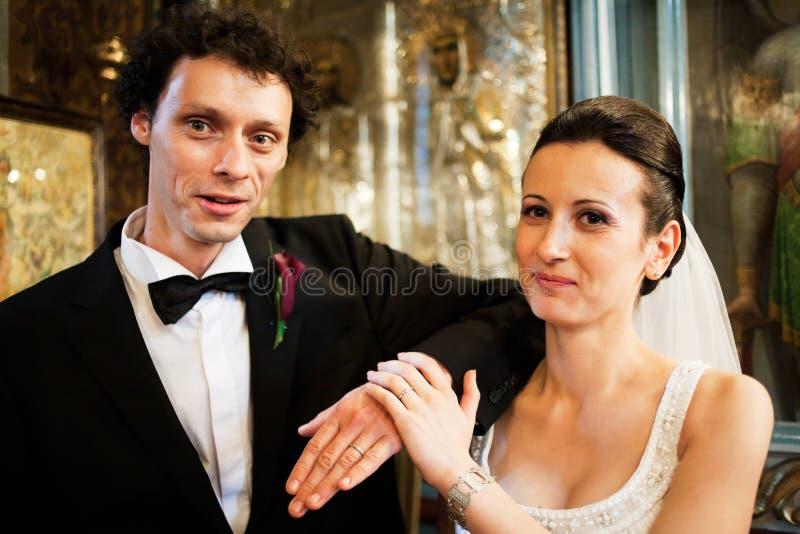 Recienes casados en iglesia foto de archivo