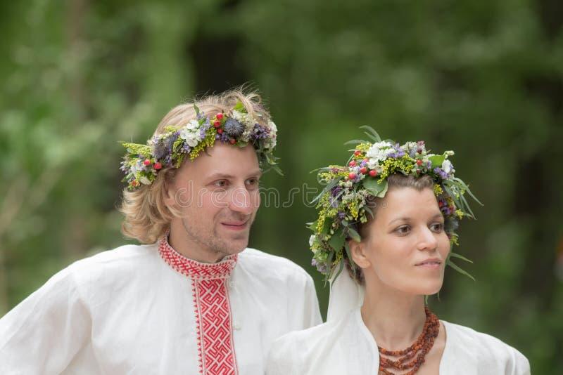 Recienes casados en vestido ruso tradicional fotos de archivo