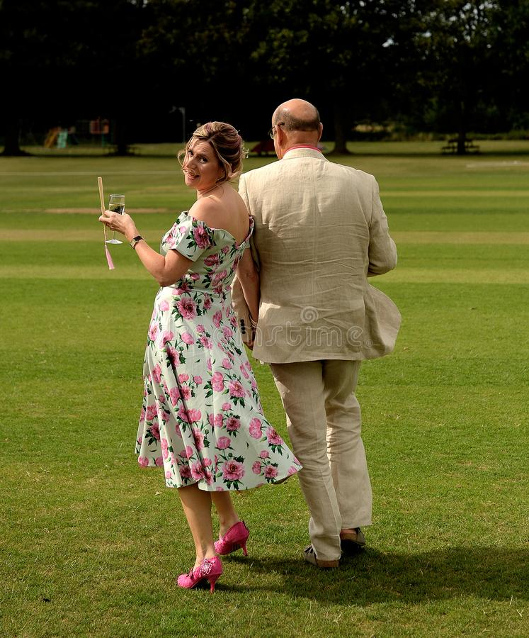 Recienes casados que caminan al aire libre imagenes de archivo