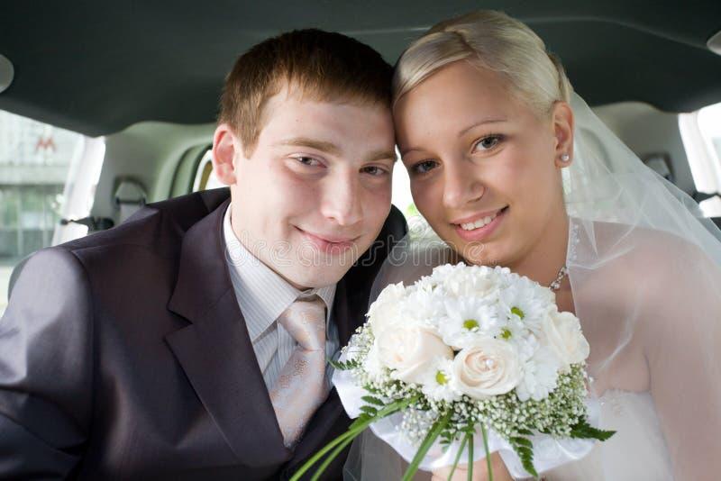 Recienes casados sonrientes imagen de archivo