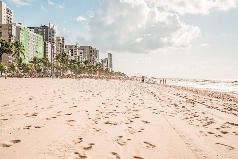 Recife, Boa Viagem Beach, Pernambuco, Brasilien - Juni 2019: Blaue Himmelfahrt am Strand lizenzfreie stockfotos