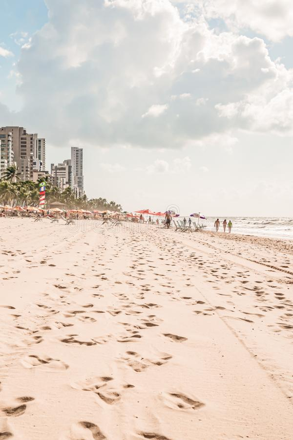 Recife, Boa Viagem Beach, Pernambuco, Brasilien - Juni 2019: Blaue Himmelfahrt am Strand lizenzfreie stockbilder