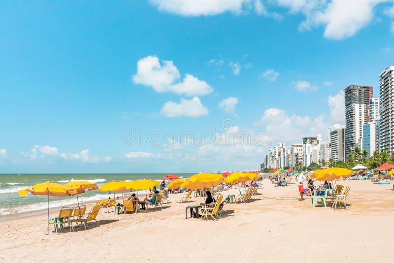 Recife, Boa Viagem Beach, Pernambuco, Brasilien - Juni 2019: Blaue Himmelfahrt am Strand stockbilder