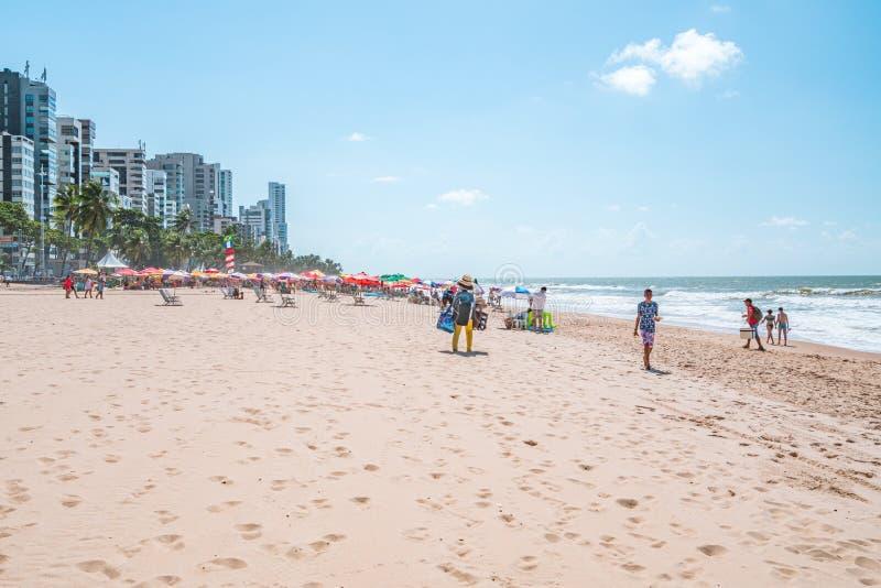 Recife, Boa Viagem Beach, Pernambuco, Brasilien - Juni 2019: Blaue Himmelfahrt am Strand stockbild