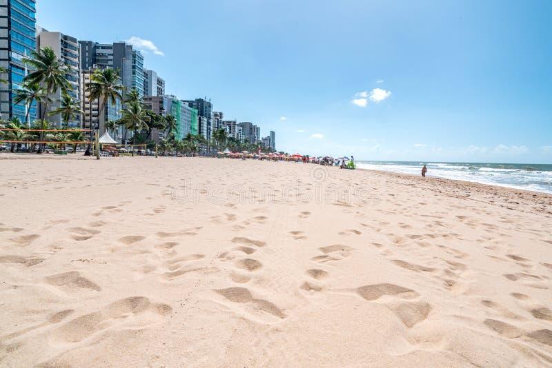 Recife, Boa Viagem Beach, Pernambuco, Brasilien - Juni 2019: Blaue Himmelfahrt am Strand lizenzfreies stockfoto