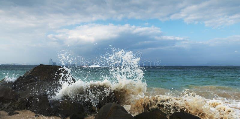 Recife quebrado do pulverizador na praia fotografia de stock