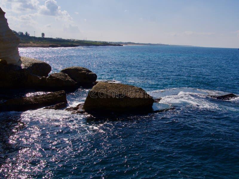 Recifes azuis perto da cidade de Naharia fotos de stock royalty free