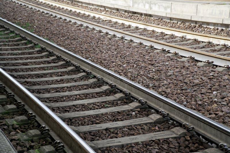 Recinta il concetto, sul binario vuoto del treno con le ombre immagini stock