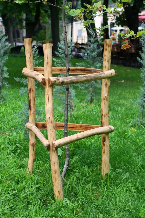 Recinti di legno per gli alberi Contributo a legno fotografia stock