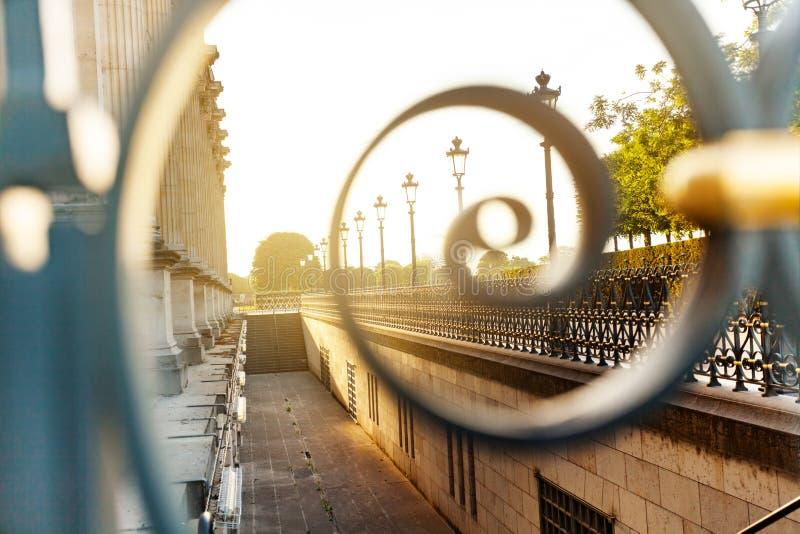 Recinti il giardino vicino al palazzo del Louvre, Parigi immagini stock libere da diritti