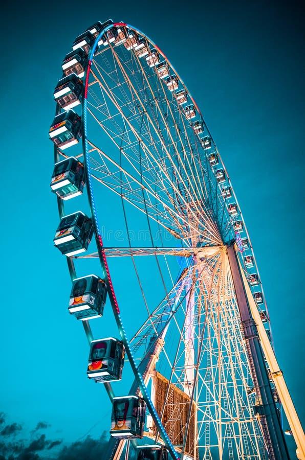 Recinto de diversão azul grande da roda de ferris do carrossel imagem de stock royalty free