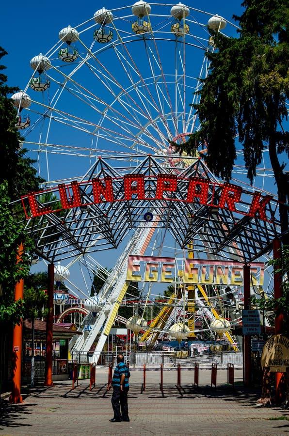 Recinto de diversão vazio com roda de Ferris fotos de stock
