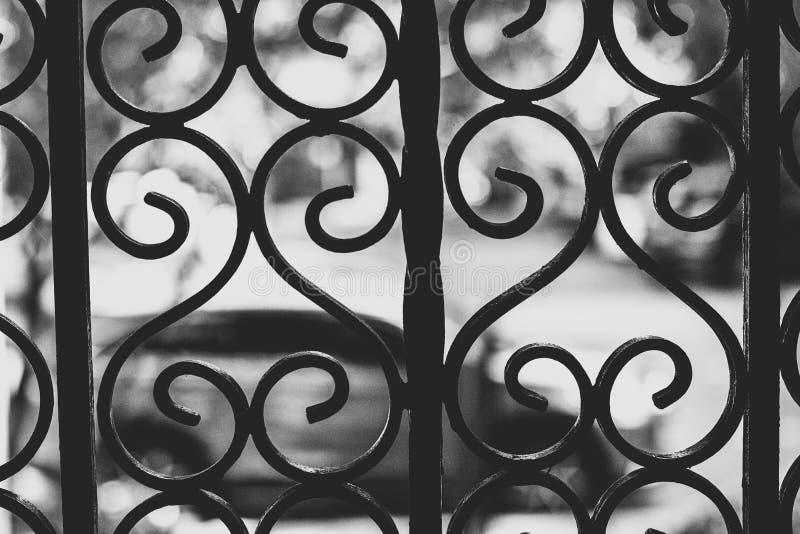 Recinto decorativo del metallo con un colpo vago del fondo in bianco e nero fotografia stock