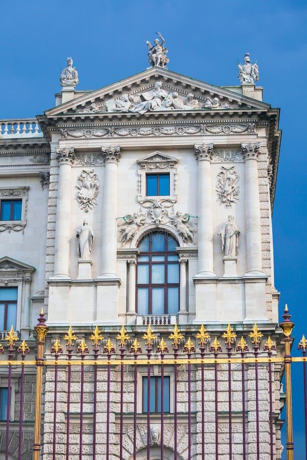 Recinto del centro congressi e dettaglio dorati di architettura a Vienna fotografie stock