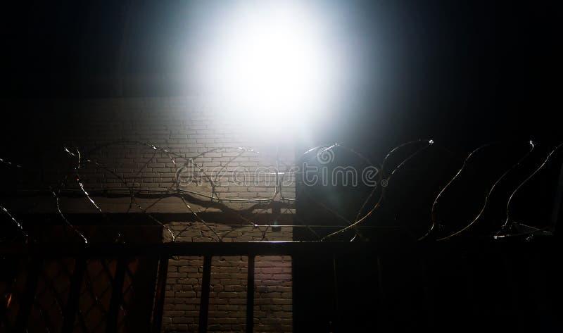 Recinto del filo spinato su un fondo nero nella notte, prigione, concetto di salvezza, rifugiato, silenzioso, solo, libertà fotografie stock