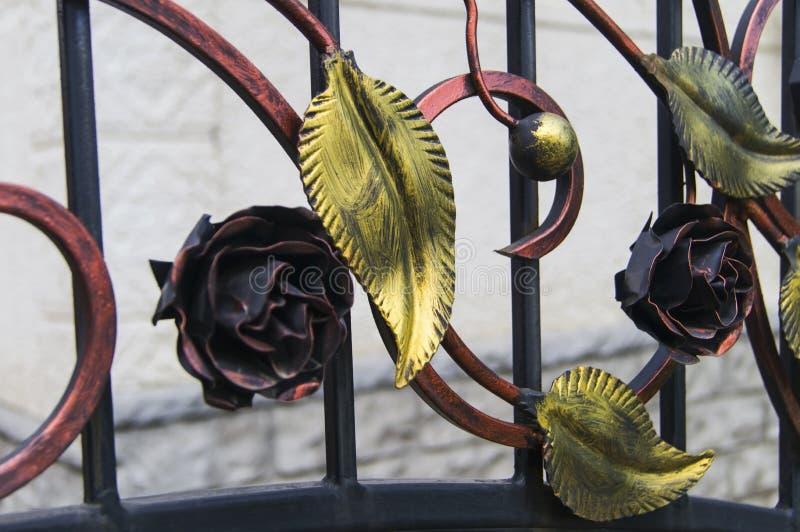 Recinto del metallo decorato con le foglie forgiate decorative fotografia stock libera da diritti