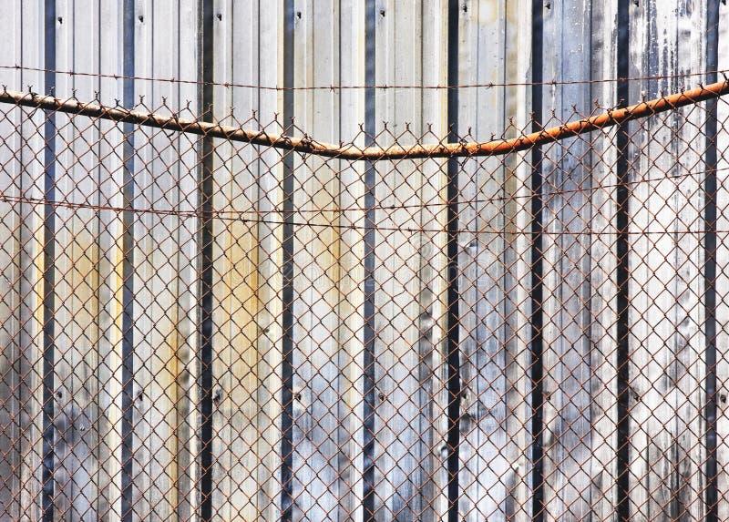 Recinto di filo metallico e parete della sbavatura immagini stock libere da diritti