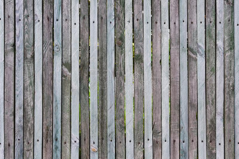 Recinto di legno dalle plance sottili, riparate dai chiodi e viti, molti nodi, crepe, graffi e fessure sulla giunzione, colori na fotografia stock libera da diritti