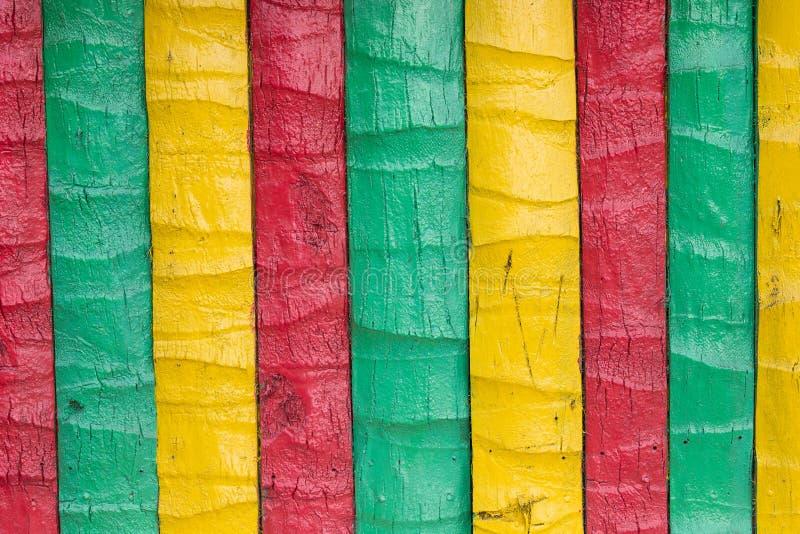 Recinto di legno dipinto in giallo, verde, rosso fotografia stock