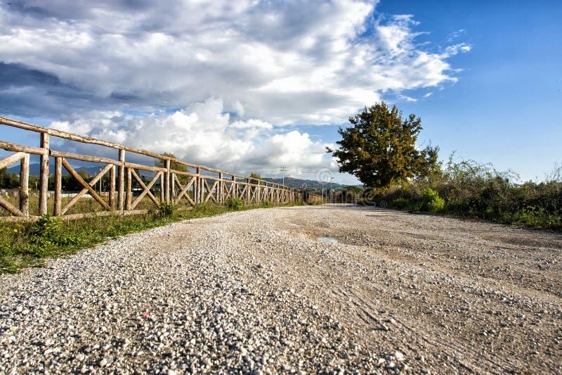 Recinto di legno e vecchia strada romana, cielo blu con le nuvole fotografie stock libere da diritti